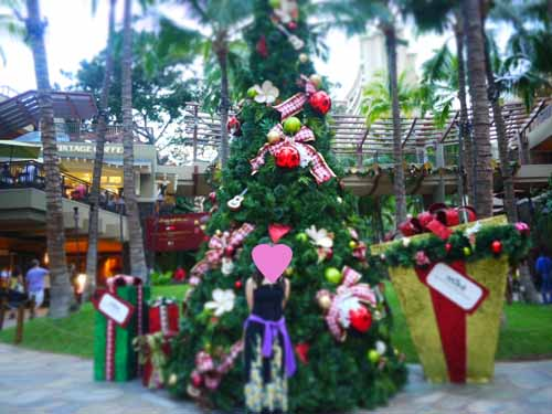 Royal Hawaiian Shopping Center before Christmas tree