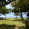 公園の向こう側にはビーチが広がっています。