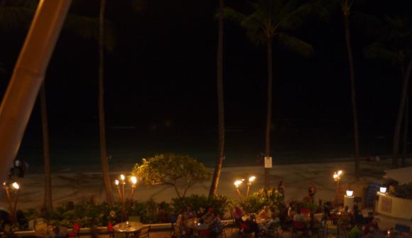 夜のビーチサイドは、朝や昼とはまた違った魅力を感じられます。