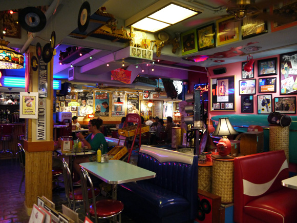 ダイナーも古き良き時代のアメリカを感じさせる雰囲気。
